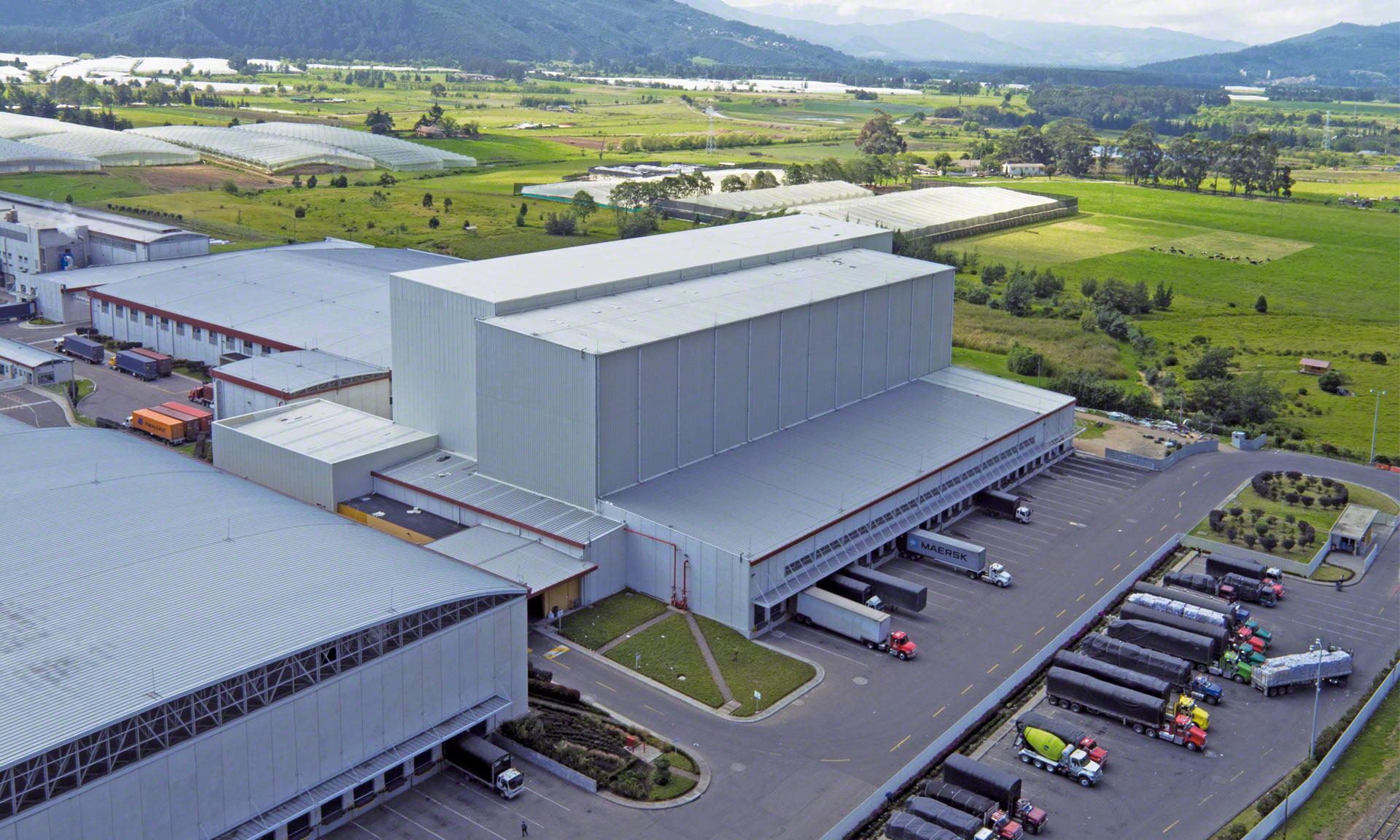 Grupo Familia cuenta con una bodega automática autoportante de 35 m de altura capaz de gestionar cerca de 17.000 estibas