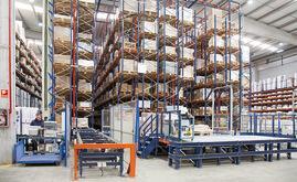 La instalación de Industrias Cosmic está compuesta por un almacén automático con canales dinámicos y un puesto de picking en la parte delantera