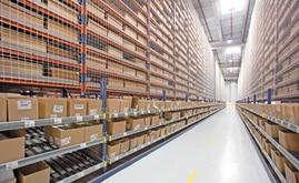 Mecalux instaló estanterías con canales dinámicos en sus niveles inferiores donde realizar directamente las tareas de picking