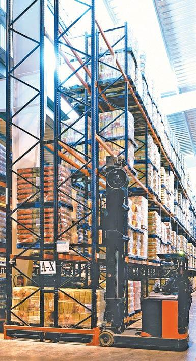Imagen de un montacargas retráctil de doble fondo utilizado en un almacén de productos alimentarios de gran consumo.
