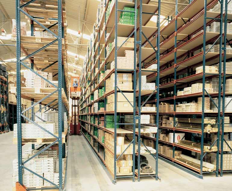 Bodega para cajas sueltas sobre estanterías con recoge pedidos.