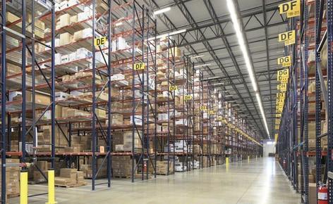 Estanterías selectivas para estibas resuelven los problemas de espacio del mayorista de ropa SanMar en su centro de distribución de Dallas