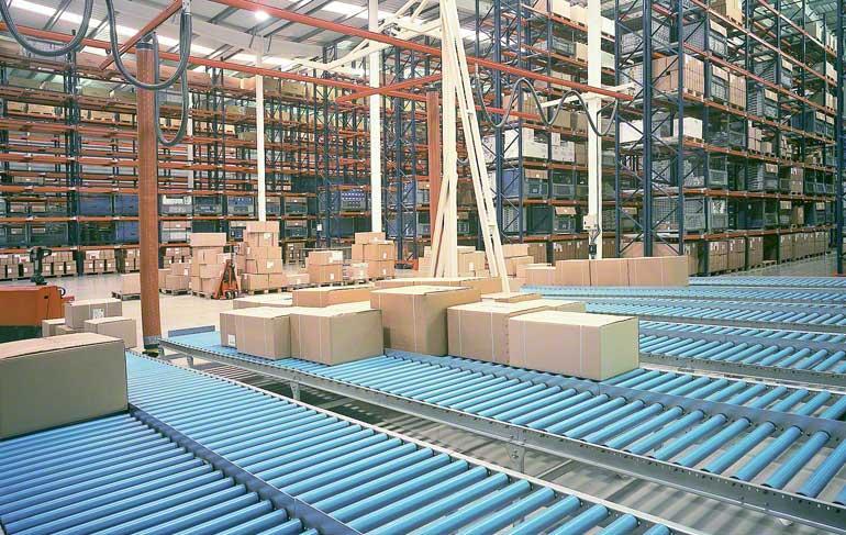 Zona de preparación de pedidos de un almacén dedicado a la grifería y complementos para el baño.