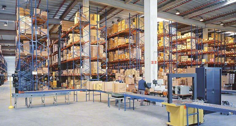 Consolidación de pedidos en zona de despachos.