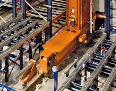 Detalle de un testero o bastidor inferior de un transelevador y de un carril de rodadura