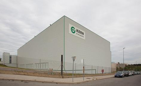 El laboratorio farmacéutico Kern Pharma construye una bodega autoportante automática que combina transelevadores para estibas y para cajas
