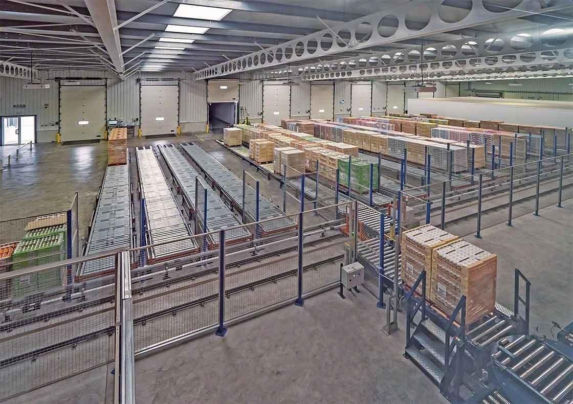 El almacén de Dafsa en España ha instalado un circuito de transportadores que asisten en la recepción de mercancías
