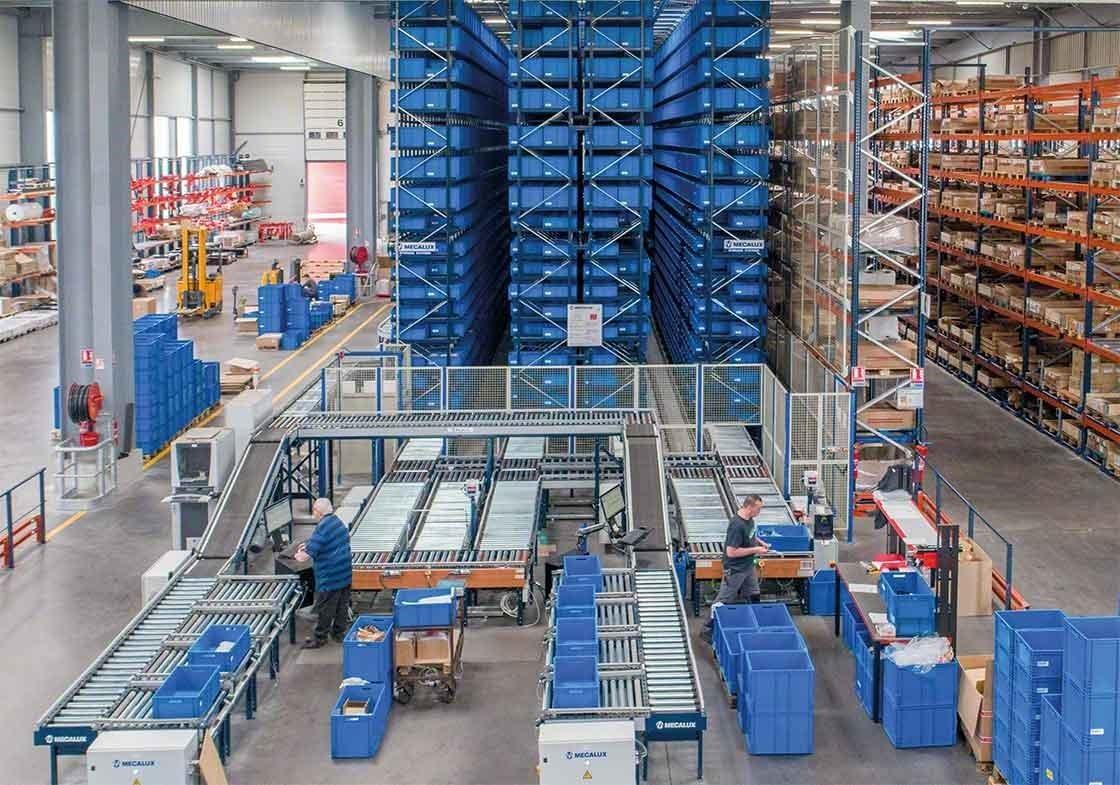 Los transelevadores para cajas siguen el método producto a hombre y permiten automatizar la fase del picking dedicada a recorridos y desplazamientos