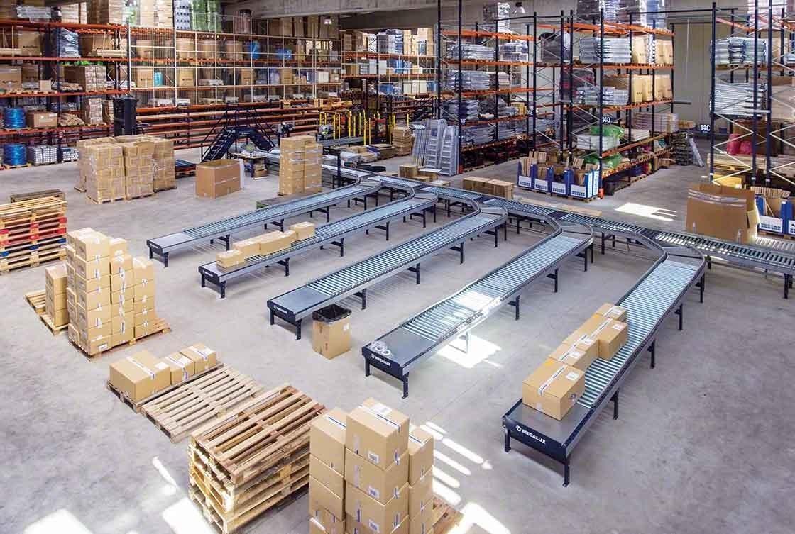 Los circuitos de transportadores reducen los desplazamientos en almacenes de e-commerce