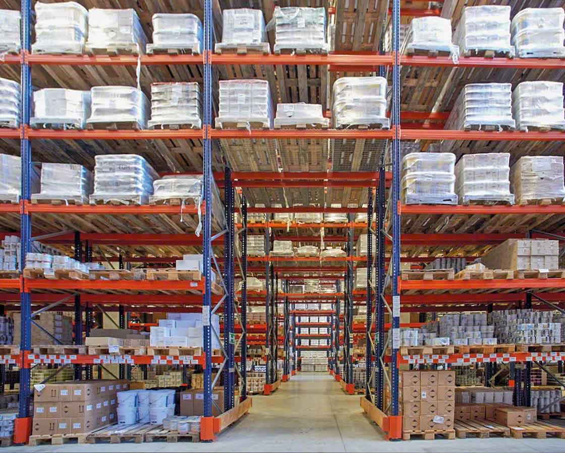 Los pasillos de emergencia transversales mejoran la seguridad en los almacenes de productos químicos