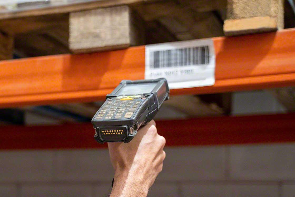 Los terminales de radiofrecuencia son usados para hacer inventarios en el almacén