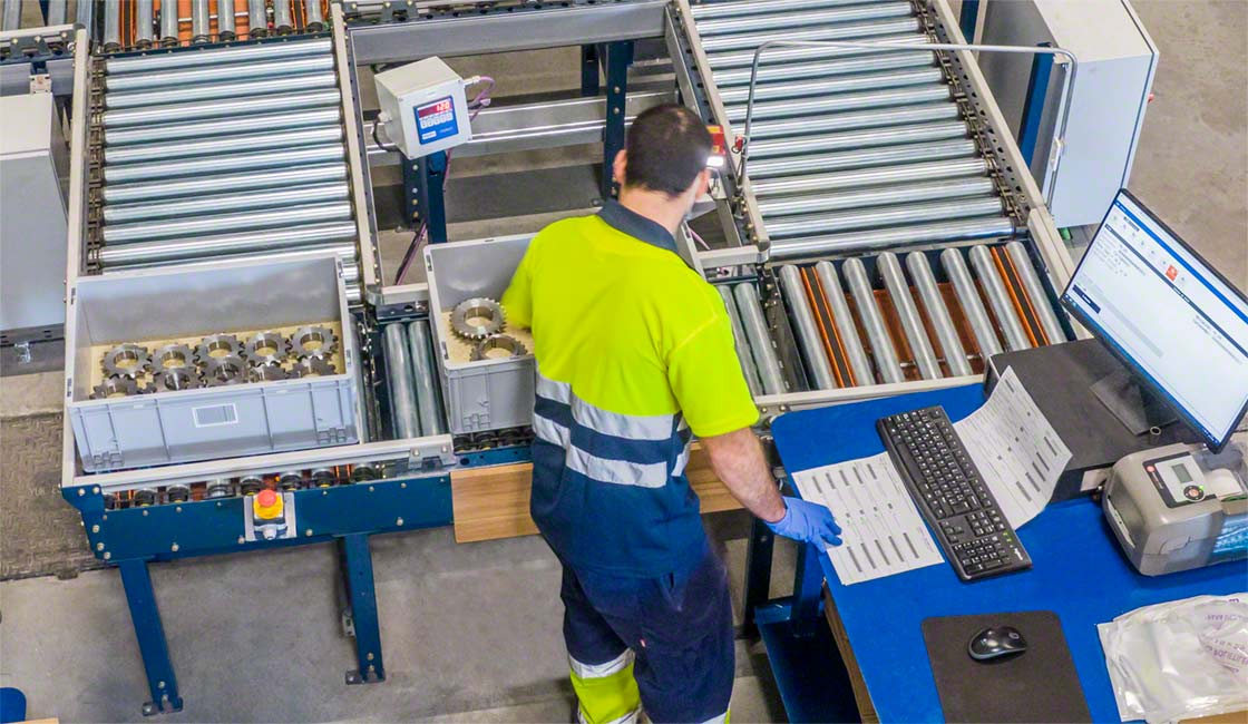 El sistema de gestión de almacenes guía al operario durante la preparación de pedidos