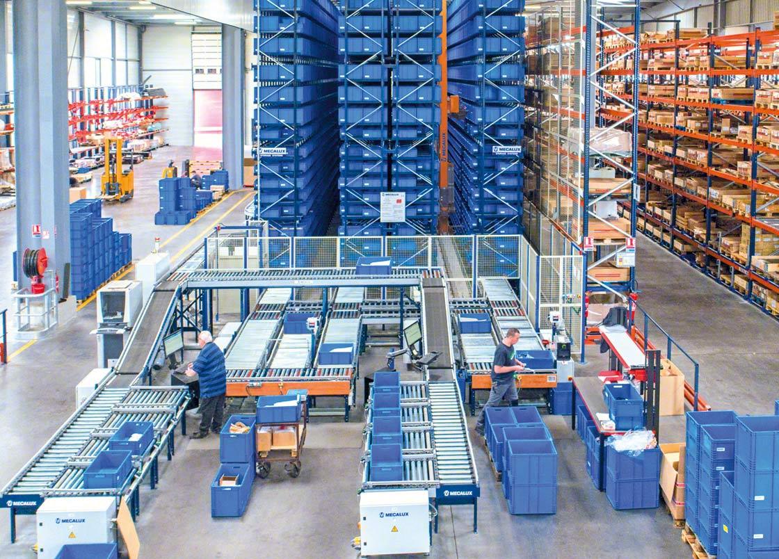 """En la preparación de pedidos """"producto a hombre"""", los operarios permanecen a la espera de recibir la mercancía"""
